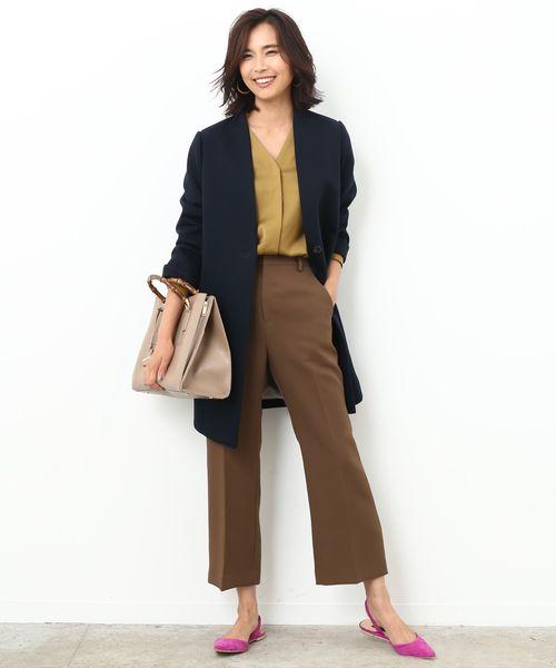 カジュアルモードな紺のジャケットコードで秋スタイルを刷新!  心地いいジャージー素材で仕立てられた軽アウターは、首元をすっきりとさせたノーカラーで、ハンサムななかにどこか女らしさを漂わせる一着。 ベージュ調のワントーンにさらりと羽織るだけで、秋らしい粋なスタイルが完成します。 アコーディオンのように開閉するバンブーハンドルバッグが洒落たアクセントになり◎                                                                                                                                                                                                                                                                                                                                                                                                                                                                                                                                                                                                                                                                                                                                                                                                                                                   ※InRed10月号掲載※