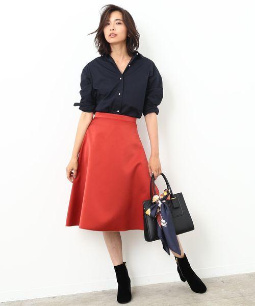 〝朱赤×ベージュ〟女らしさと洗練を備えたサーキュラースカートを主役に  艶がかった朱赤に女らしさが薫り立つサーキュラースカートは、裏を返せば美しいベージュカラーとなり、2つの顔を持つリバーシブル仕様に。 パリッとした朱赤に映えるネイビーのシャツは、アクセ代わりとなるパールボタンと軽い着崩しで大人の余裕あるスタイルに。 ラグジュアリーな漆黒のベルベットブーツが、エレガントにまとまるスパイスになります。                              ※InRed10月号掲載※
