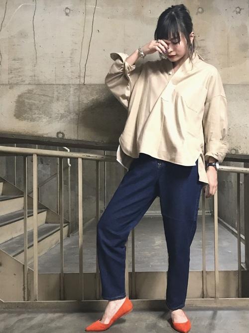 ボリューム感のあるシャツにデニムを合わせたカジュアルコーデ。 パンプスで女性らしさも意識して。