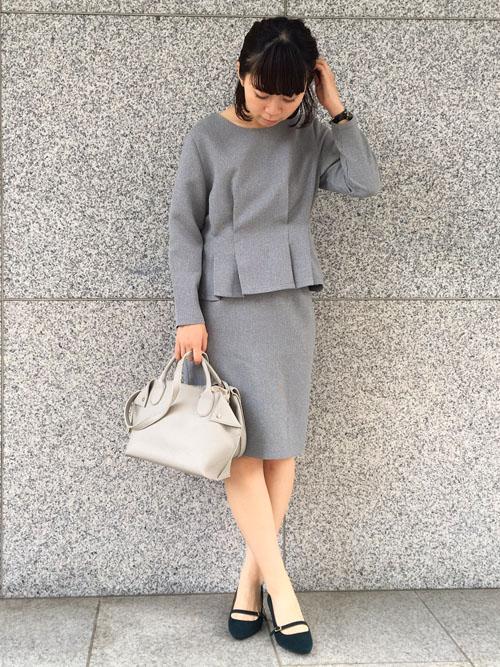 『お食事会や式典にも使えるセットアップ 』  スタイルアップ効果のあるペプラムデザインのブラウスに、同素材のタイトスカートのセットアップは、お仕事先相手に好印象を与える上品なアイテム。 フェイクレザーのバッグと合わせて、堅苦しくないイメージにスタイリングしました。   【スタッフ着用レビュー】  ■普段のサイズ:Sサイズ  ■身長:159cm  ■着用感:ブラウスは高めの位置でウエストフィットされているので、スタイルがよく見えておすすめ♪フィットしすぎず着心地も良いです。  ■生地感:今からの時期にも着られる安心な生地感。肌寒いときはインナーで体温調整できます。