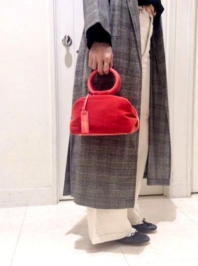 この秋トレンドのベロア素材のバッグ。 コロンとした可愛らしいフォルムと珍しい丸い持ち手がポイント♪