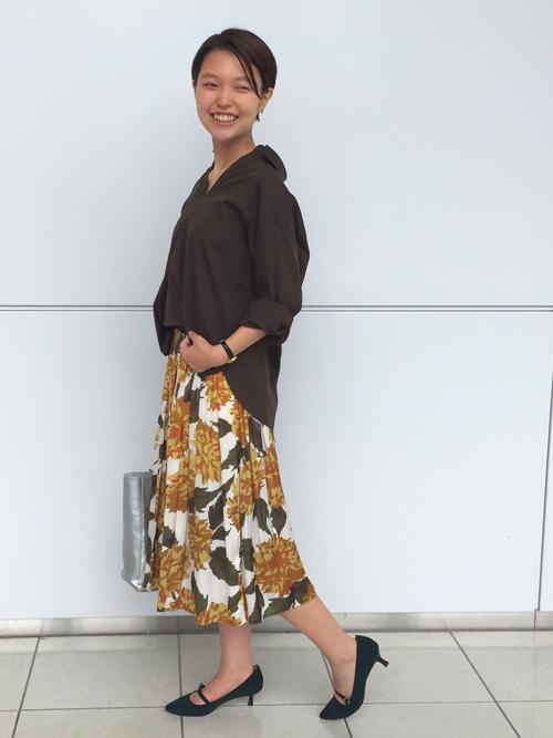 『すぐに着られる秋カラー休日スタイリング 』  オリーブ、マスタード、ダークグリーン。カラーで秋を表現した休日スタイリング。 スカートのホワイトベースの柄とシルバーのバッグがちょうど良い抜け感になっています。  【スタッフ着用レビュー】  ■普段のサイズ:Sサイズ  ■身長:160cm  ■着用感:シャツはゆとりのあるシルエットで、ゆるっとした旬な雰囲気が作れます。スカートはしなやかな素材感でボリュームが出すぎず穿きやすいです。   ■生地感:シャツはコットンなので程よくハリ感があります。スカートは裏地が付いているのでシーズン問わず着用できて、シワが気にならない素材です。