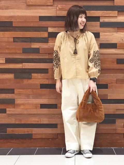 袖の刺繍とボリュームがポイントのブラウスにあえてワイドパンツにインせずにゆるっとスタイリングに。   モデル身長:160~164cm