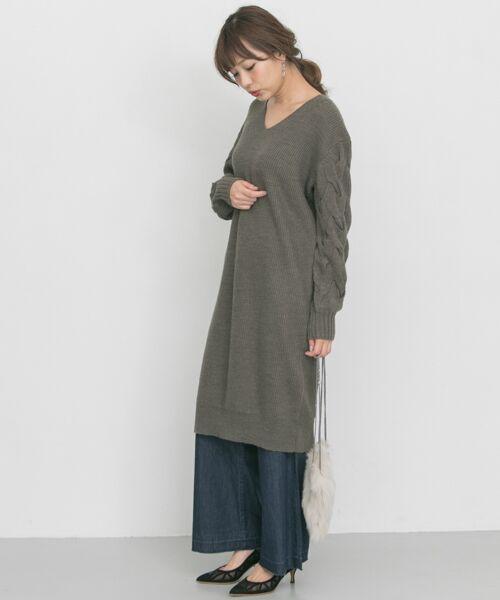 袖がポイントのニットワンピース。 パンツとレイヤードした、今年らしいスタイリングもおすすめです♪  モデル:164㎝