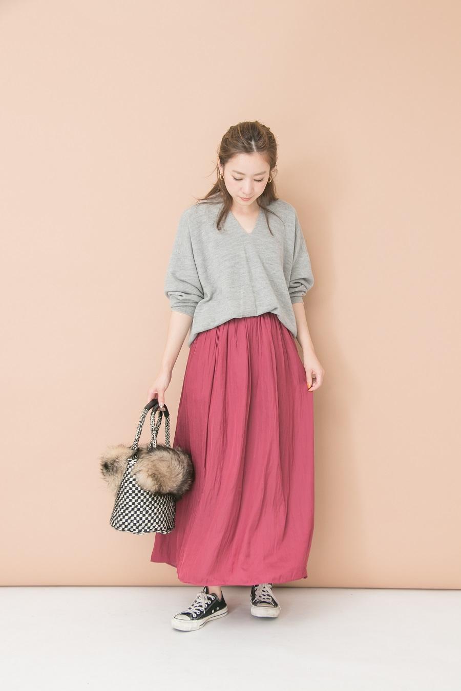 鮮やかなカラーのスカートがコーデのアクセントに♪