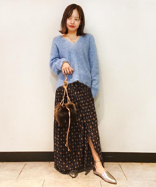 ゆったりとしたニットとマキシスカートを合わせたこなれ感のあるコーディネート。 ソフトで温かみのあるブルーが女性らしさを演出してくれます。 ファーバッグやシルバーのパンプスでさりげなくトレンド感をプラス!