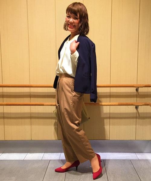 『ジャケットスタイルで気分も秋へ衣替え♪』   ベーシックカラーのコーディネートですが、バッグやシューズにポイントカラーを取り入れてメリハリを意識しました。バンブーハンドルの軽やかな印象のバッグでグッとおしゃれ感が高まります。   【スタッフ着用レビュー】  ■普段のサイズ:Sサイズ  ■身長:159cm  ■着用感:トップスはVネックラインで顔回りがすっきり見えます。タック入りで流れるような綺麗なシルエットです。ボトムスはゆったりとしたトレンド感のあるラインで着心地も楽です。   ■生地感:トップスは透けにくく、なおかつしわになりにくい嬉しい生地感。さらりとしているのでジャケットのインナーでも使いやすいです。ボトムスはレーヨンが入っているので肌触りがよく、タイツ合わせでもさらっと穿けるのでおすすめです。
