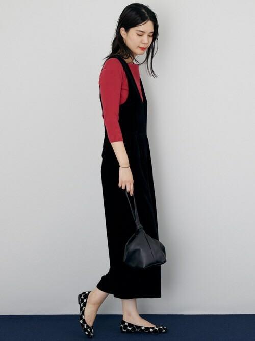 ベロア素材で秋コーデ シックなカラーリングで統一しつつ、ベロア素材でこの季節らしい着こなしに。 小ぶりなバッグで、大人のカジュアルスタイルに。