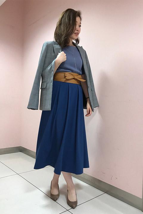 目をひくロイヤルブルーのミモレ丈スカートをワントーンコーデ。今年らしくグレンチェックのジャケット&サッシュベルトをオンをしてトレンド満載の甘辛コーデ。