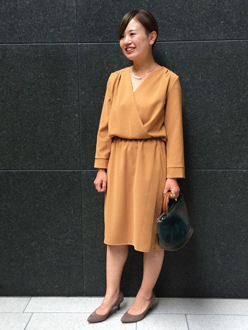『マスタードカラーを取り入れて秋の通勤スタイリング』  カシュクールデザインの女性らしいワンピースと落ち着いたトーンのシルキー素材のシューズと合わせた秋コーデ。 シーズン先取りのファーチャーム付きバッグと合わせて、ちょっとだけこなれ感を演出しました。    【スタッフ着用レビュー】  ■普段のサイズ:Sサイズ  ■身長:153cm  ■着用感:ウエストゴムが締め付けすぎず着用できてストレスフリー。身長153cmで膝がしっかり隠れる着丈は、お仕事スタイルにも安心です。   ■生地感:シワになりにくい素材なので、行楽シーズンのご旅行などにも持ち運びしやすくとても便利です。ご自宅でお洗濯ができるのが嬉しいポイント♪