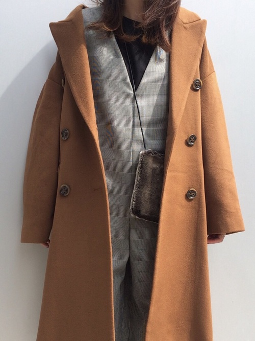 チェック×ファーのトレンドが盛り込まれたコーディネート ブラウンのコートはどんなコーデにも相性◎