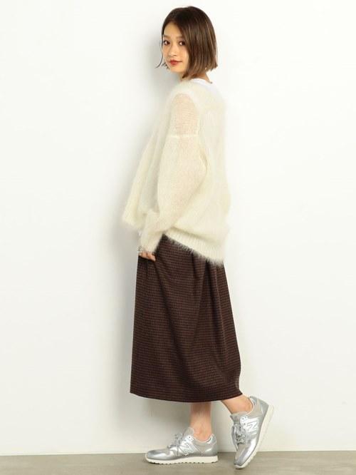 クラシックなハウンドトゥース柄のスカートにモヘヤニットをあわせたスタイル。別注の<New  balance>がアクセント。