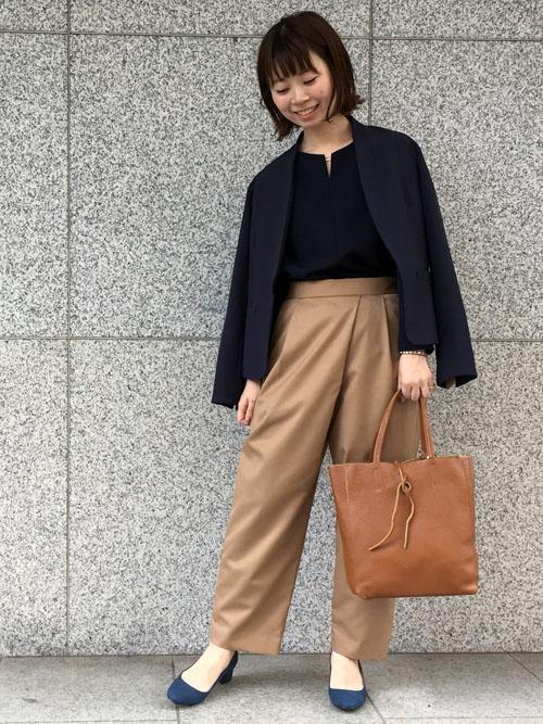 『ベーシックカラーの上品スタイリング 』  ネイビーと濃色ベージュで秋の通勤スタイリング。 デザイン性があり品の良いベージュのパンツで洗練された雰囲気を演出するには、ジャケットは軽く肩にかけて余裕を持たせたスタイリングがおすすめです。   【スタッフ着用レビュー】  ■普段のサイズ:Sサイズ  ■身長:159cm  ■着用感:ブラウスは程よいサイジングでボトムスインしやすい丈感です。ジャケットは袖口を折り返して抜け感のあるスタイリングができる一枚。パンツはボリュームのあるシルエットでアシンメトリーがタックが個性的。  ■生地感:ブラウスは冬でも着られる厚めの生地感ですが柔らかさがあるので、ストレスフリーで着られます。ジャケットは裏地のあるしっかりとしたお作りです。パンツはシーズンレスで着られる素材感。