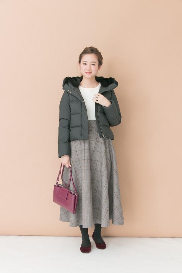 冬のマストアイテム「ダウン」にスカートを合わせて女性らしくしたコーデ♪ パープルのバッグが差し色に☺