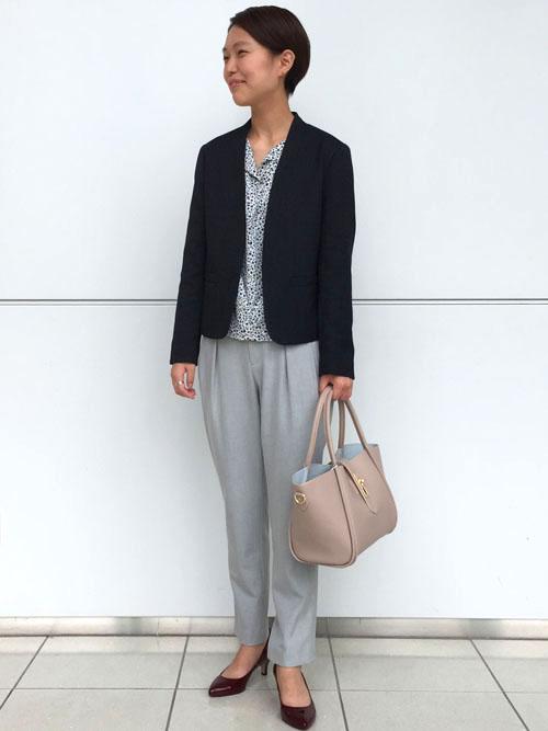 『女性らしく着こなすモノトーンカラーの通勤スタイル』  柔らかな女性らしさが漂う、モノトーンカラーの通勤スタイル。 ぼんやりしがちなモノトーンスタイルをジャケットとシューズで引き締めた、好バランスのコーディネートです。   【スタッフ着用レビュー】  ■普段のサイズ:Sサイズ  ■身長:161cm  ■着用感:ジャケットは軽量で程よいフィット感なので気軽に羽織れます。ブラウジング仕様のフラウスは綺麗なモノトーンの花柄で一枚で着てもサマになります。パンツはストレッチが効いているのでとても動きやすいです。   ■生地感:ジャケットは軽めのツイード素材で、通年使える素材感です。ブラウスはさらっとした素材感で着心地が良く、パンツは柔らかくしなやかな生地感で履き心地が良いです。自宅で洗えるのも嬉しいポイントです。