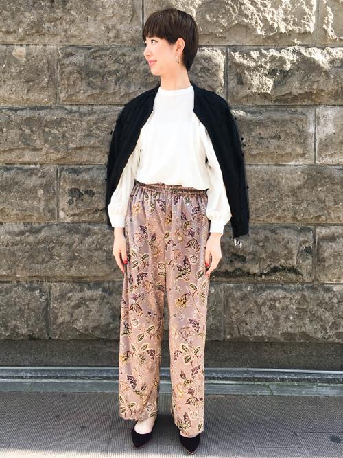 今年の秋はベルベット素材の洋服と小物が豊富なので、どれを買おうか迷っているところなのですが、まずボトムとシューズを取り入れてみました。 春夏はスポーティなコーディネートが多かったので、少しその要素を残しつつ女性らしいエレガントで柔らかな素材のパンツとシューズでフェミニンにしています。