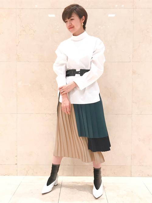 ショートカットにしてから首元に特徴のあるものに惹かれます。 この時期に活躍するシャツも、ハイネックにオーバーサイズの袖で秋のディテールを意識。 トレンドのベルベット生地をソックスにポイント使いすることで、暑い時期にも一歩先を魅せるコーディネートにまとめました。