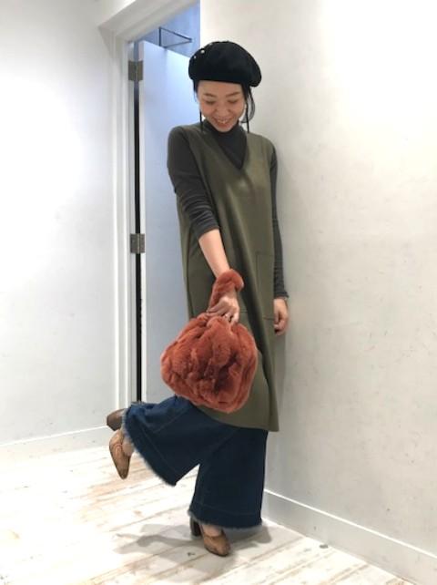 本日は、モコモコファーバッグをポイントに、 ヒールのデザインパンプスを合わせて 女性らしい、お出かけしたくなるコーディネートに してみました。 こちらのファーバッグ、プライベートでも活用しており、 丁度良い大きさで、見た目よりもしっかり荷物が入るのも 魅力の1品。