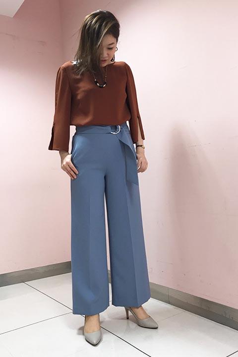 ブリックカラー×スモーキーブルーの秋カラーコーデ。パンツは太目のベルトが今年らしく目を引き、腰回りをすっきりと魅せてくれるIラインシルエットを強調してスタイルアップ見え。