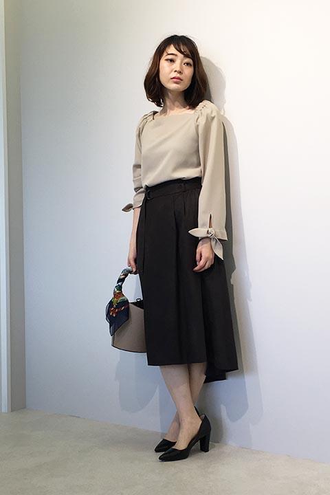 お袖のリボンディテールがポイント。フィッシュテールのスカートと合わせて大人フェミニンなキレイめコーデ。