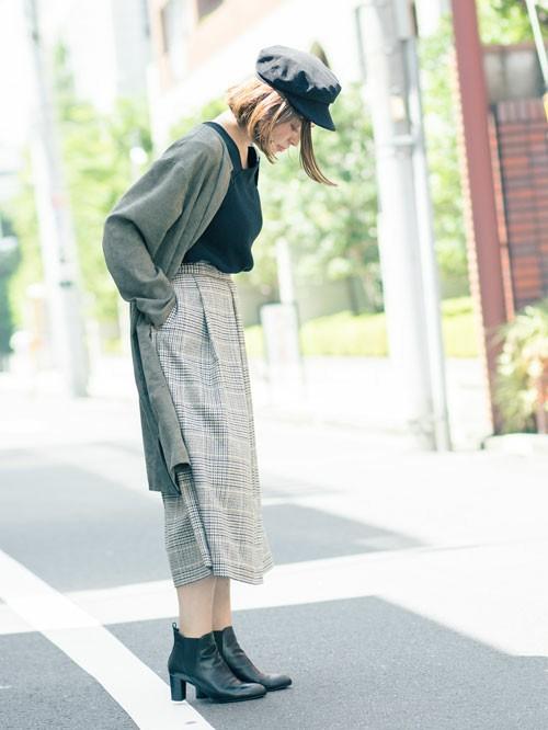 季節の変わり目にマストなライトアウター。スエードタッチの風合いで、差のつく着こなしに。トレンドカラーでもあるカーキの効果で、クラシカルなチェックのスカートが程よくカジュアルにまとめて。