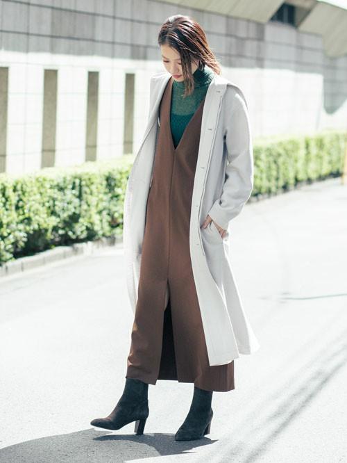 ロングボトム×ロングガウンのバランスが今年らしい着こなしのポイント。 圧縮されたメルトンジャージーで仕立てたこちらの一着は、合わせやすいすっきりしたデザインと軽い着心地が魅力です。