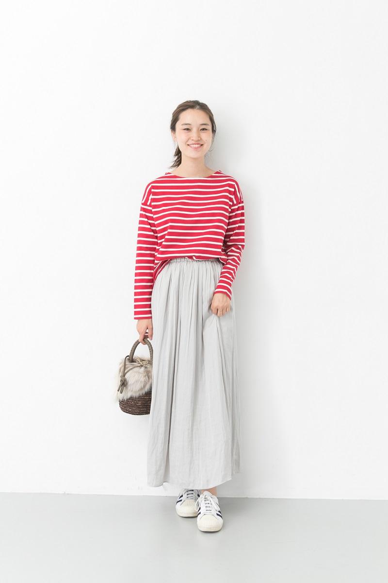 カジュアルなボーダーバスクシャツもふわっとしたスカートと合わせると女性らしさがアップするガールズスタイル。