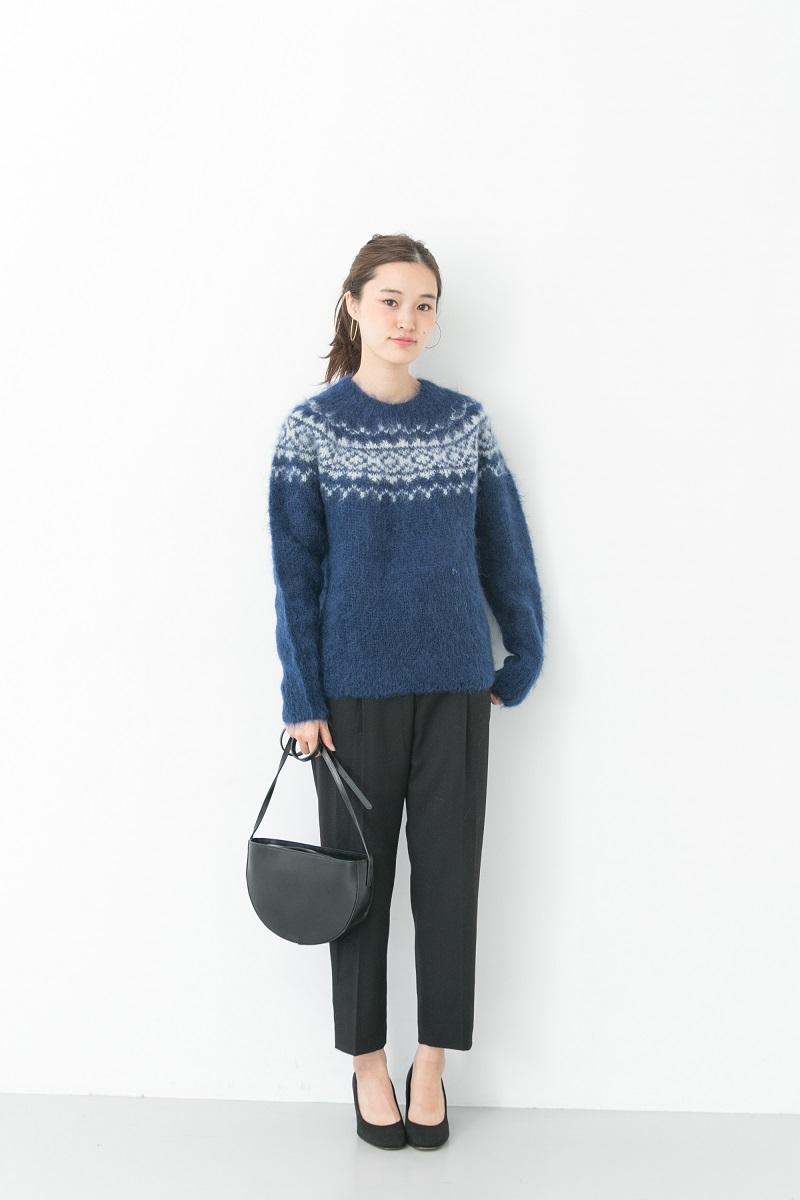 ボトムスや小物はブラックで統一した大人の雰囲気漂うスタイリング。 ブルーのニットが差し色になった冬スタイルです。