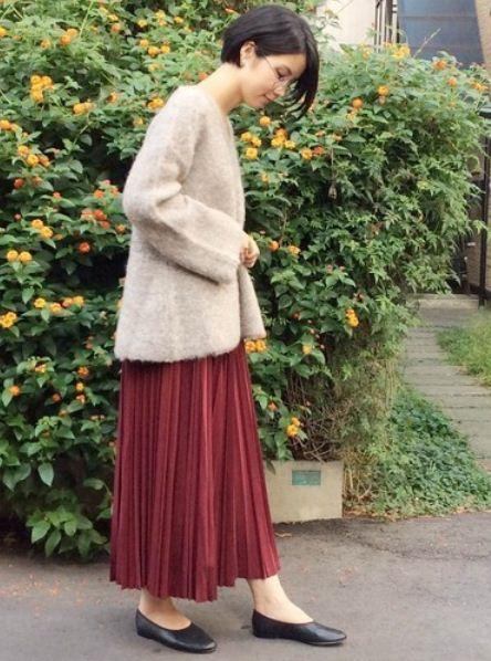 ふわふわな見た目と着心地が可愛らしいニット。 秋冬らしいカラーのスカートと合わせてフェミニンスタイルに。