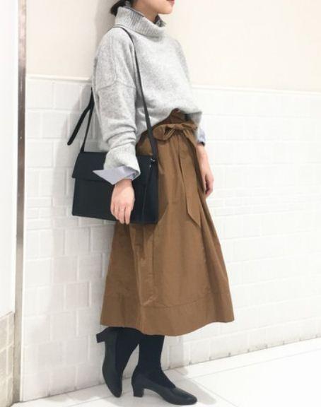 ON・OFFどちらにもおすすめのコーデです♪ レディライクなスカートにこだわりシルエットのタートルニットを合わせて。