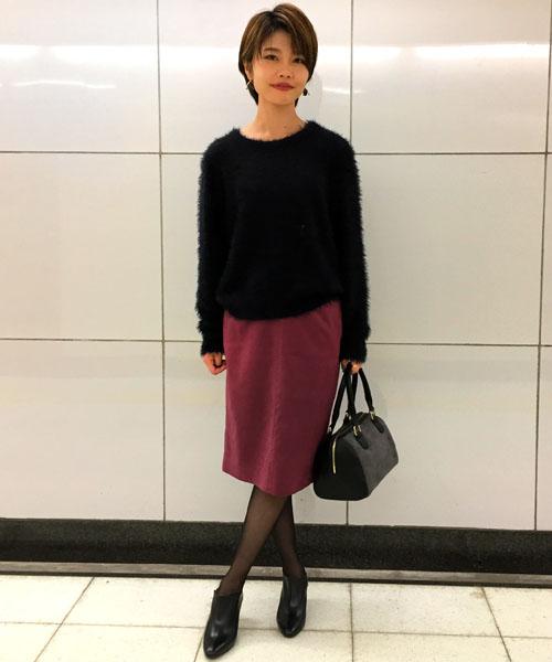 『今季らしいルックスで気取らないおしゃれを演出♪』  綺麗なワインレッドのスカートが引き立つ、甘辛ミックスコーディネート。 フェザーヤーンやフェイクスエードの旬な素材で女性らしさをグッとアップしてくれるスタイリングです。   【スタッフ着用レビュー】  ■普段のサイズ:Sサイズ  ■身長:163cm  ■着用感:トップスはウエストにかかる程よいサイジング。スカートはタイトシルエットですが、スリット入りなので足さばきしやすいです。  ■生地感:トップスはチクチクしない柔らかな素材。スカートは滑らかなタッチのフェイクスエードで気持ちの良い肌触りです。