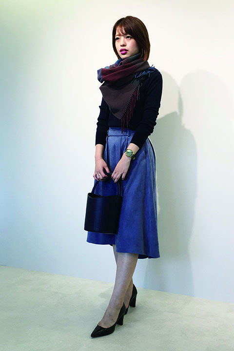 スモーキーなブルーがポイントのフィッシュテールのスカートに、色をリンクさせた大判のストールをラフにさらっと巻けば秋を感じる装いに。