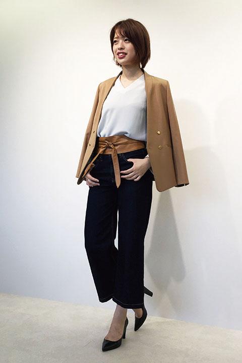 ノーカラーのジャケットは堅苦しすぎず、さらっと羽織り感覚で着られる便利アイテム。 きれいめなインディゴのデニムにサッシュベルトをすればこなれた雰囲気に。