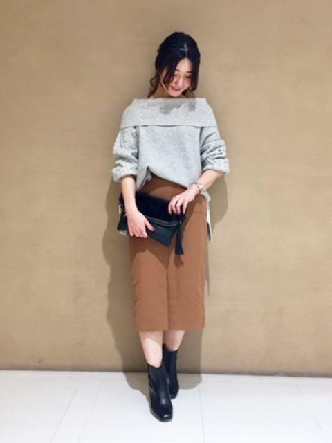 ざっくりとしたケーブル編みでボリュームをだした袖がポイントのニットプルオーバー。オフタートルでも、オフショルダーとしても着られるアイテムは、パンツでラフに着こなすのがおすすめ。カシミヤ混の糸を使っているので、柔らかい風合いで女性らしい雰囲気を作ってくれます。