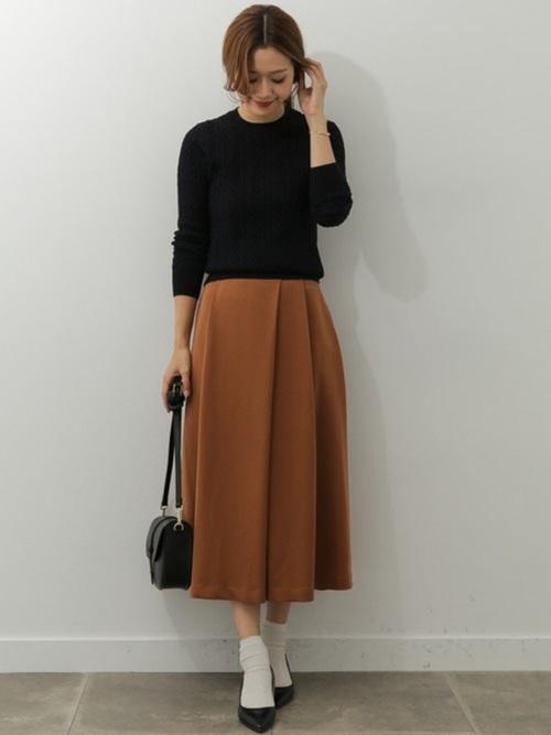 ◇◆秋のデートスタイル◇◆ 立体感のあるアラン柄ニットに大きめに入ったランダムタックがかわいいミディ丈スカートを合わせて...  モデル:168㎝