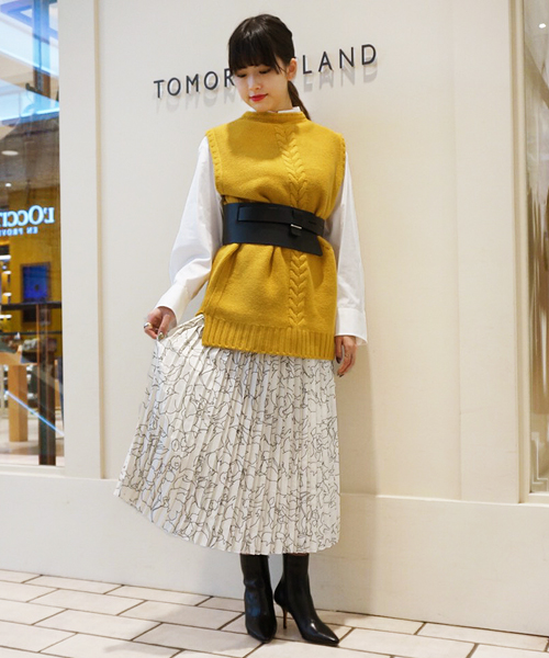 エレガントな印象のプリーツスカートに鮮やかなマスタードカラーのニットを合わせてウォーム感をプラスしました。 ウエストベルトをぎゅっと巻いて、スタイルアップしつつ旬のバランスに!