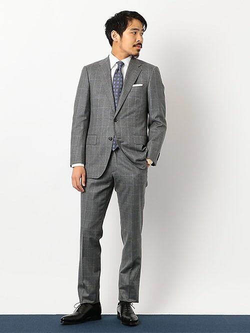 グレーワントーンスタイル  グレー一色でスタイリングし、ネクタイの柄に今年おすすめの色の紫を持ってきました。  スーツの素材とネクタイの素材もウールで合わせ統一感を持たせました。