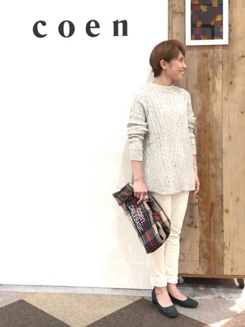 ニットは裾広がりのデザインがかわいいです。 ホワイトでまとめてやわらかい印象に。 パンプスのきれいなお色味がはえます。  モデル身長:~149cm