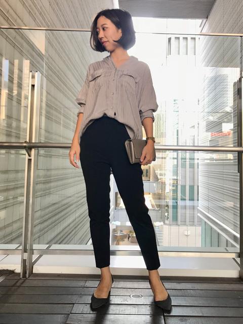 程よいストライプが大人かっこいいシャツコーデをご紹介いたします☆   キュプラ素材なので絶妙な光沢感がありオフィスカジュアルにも使っていただける最高の一枚です!   テロっとしたオチ感でラフにデニムと合わせても綺麗なのですがあえてセンタープレスのパンツと合わせることでできる女性に大変身です!   襟を抜いて今年っぽく来ていただいてもステキです◎