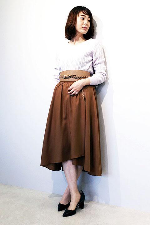 今季トレンドのサッシュベルトはスカートと同系色を選べばコーディネイトがしっくりきます。ウエストをマークする事でスカートのフレアが際立ちます。