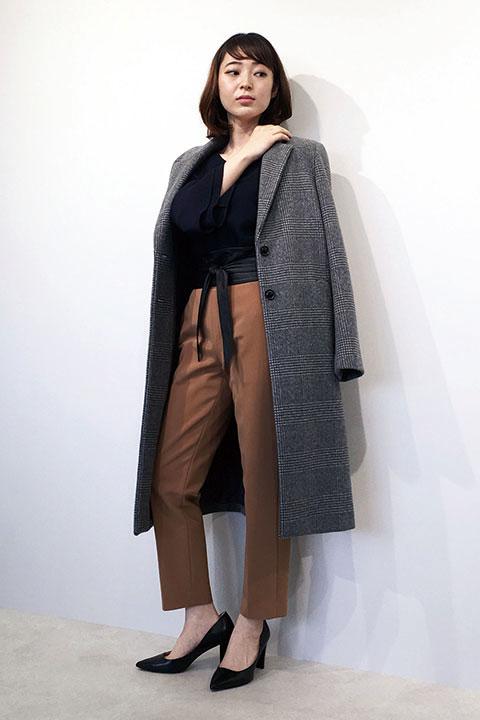 シンプルなコートは持っている…2着目のコートのおススメはチェック柄のコート。グレートーンなので合わせやすいのに、新鮮な気分で着こなせます。サッシュベルトに細見のパンツを合わせれば感度の高い着こなしに。