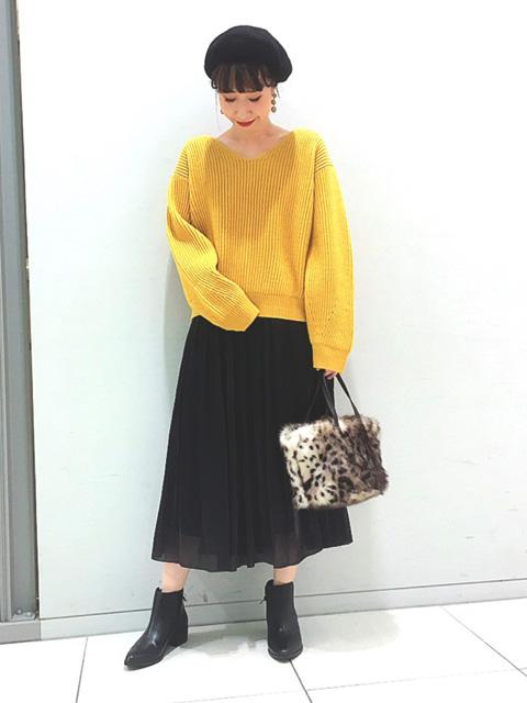 分繊サテンという、つややかな光沢感がある生地を使ったギャザースカート。 今季注目のヴィンテージテイストにぴったりな、古着の様な質感がおしゃれな見え方に ほどよくフェミニンなコーデにアップデートしてくれるスカートは、ニットと相性抜群◎