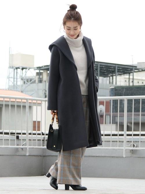 グレーのコートにホワイトのタートルネックニットが映える冬のコートスタイル。チェックのワイドパンツでトレンド感のある着こなしが叶います。バックとショートブーツのブラックが全体を引き締めています。