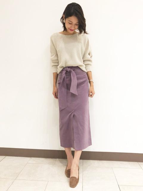 ゆるっとした落ち感が可愛いアシメントリ―なシルエットのクルーネックニット。 ウール混なのであたたかく、これからの寒い季節に活躍してくれること間違いなし! 今回はコーデュロイのスカートと合わせて今年らしいスタイリングにして見ました!