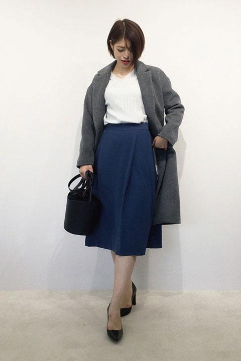 今季トレンドのひざ下スカートと相性の良いドロップショルダーのこなれ感のあるウールコート。軽くてゆったり着れるデザインなのでタイトスカートやパンツでもバランス良く着こなせます。