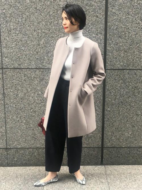 都会的な、ニュアンスカラーのドレススタイル 毎年大人気の2WAYコートを、フードを外して上品なドレススタイルに。  周りと差が付く、赤のバッグや、パイソンのシューズが◎
