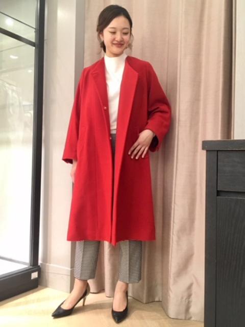 本日は新作のノーカラーコートを使用した今年らしいワイドパンツスタイルです♪ コートの色を引き立たせるため、インナーとパンツはモノトーンでまとめました! お首周りがスッキリしたノーカラーコートなので、ハイネックのニットとの相性も抜群です☆