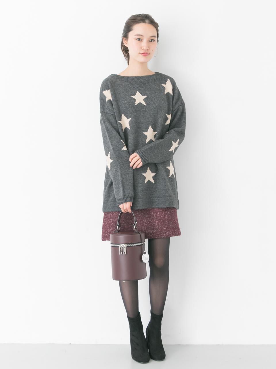 インパクトのあるスター柄が可愛いニット。 ツイードのスカートと合わせてデートっぽく。