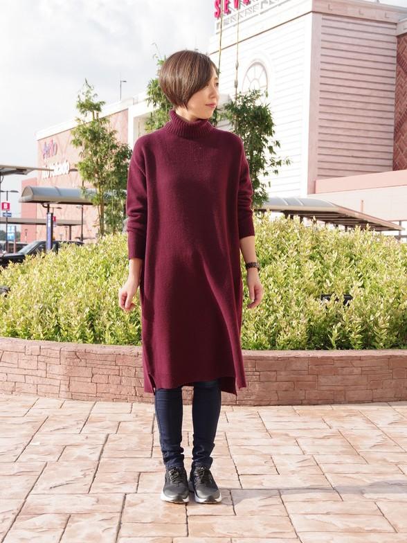オーストラリア産の羊毛のハミルトンウールを使用した肌触りの良いニット。  普段ニットのチクチクが苦手な方にも、是非試して頂きたいアイテムです。  今年は去年より薄く軽くなっているため、 アウターの中に着てもごわつかず、着心地抜群です。  モデル身長:166cm 着用サイズ:ワンピース/one