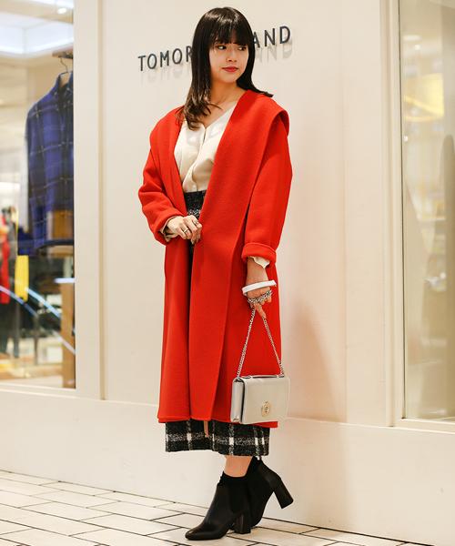 鮮やかな赤いガウンコートがぱっと目を引くコーディネート。 クラシックな印象のチェック柄ミディスカートを合わせて、華やかながらも上品な雰囲気にまとめました。